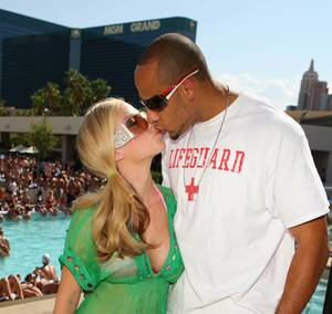 Kendra Wilkinson and Hank Baskett share a kiss at Wet Republic.