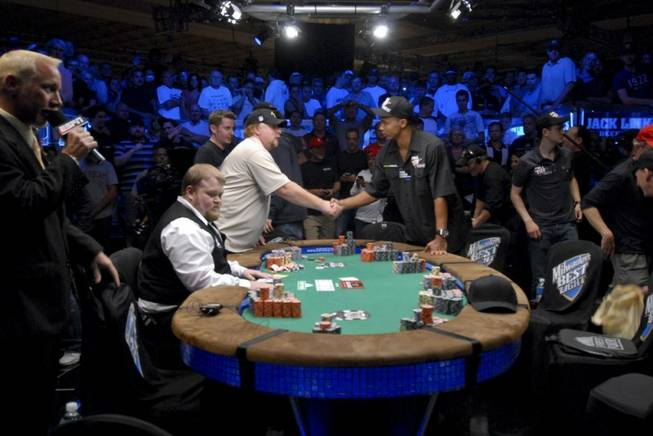 Darvin Moon shakes hands with Phil Ivey.
