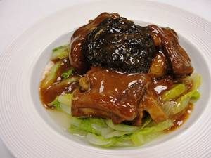 Stewed pork trotters over lettuce topped with hair seaweed.