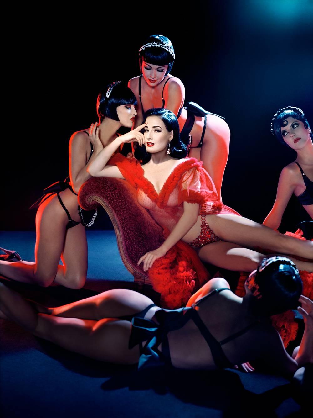 Фото голых танцовщиц на сцене эротического кабаре, тип влагалища королек фото