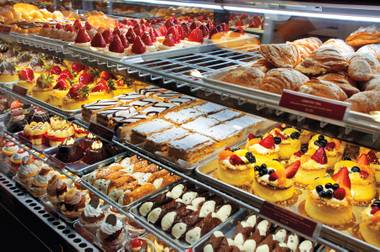 Buddy Valastro's new joint, Carlo's Bakery, feels like a neighborhood bakery ... just on the Las Vegas Strip.