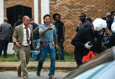 Woody Harrelson and Casey Affleck secure a crime scene.